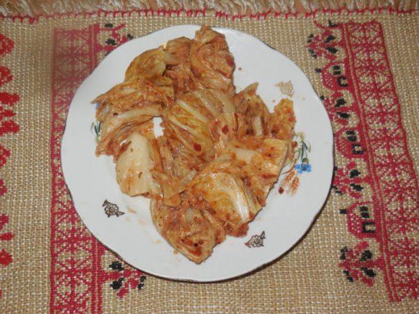Кимчи на тарелке