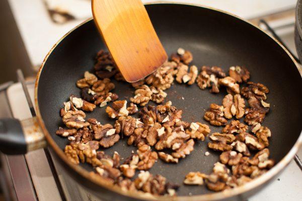Грецкие орехи на сковородке
