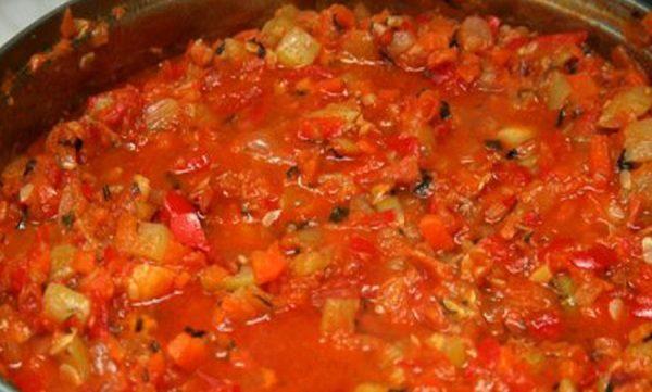 Кабачки, перец и лук тушатся в томатной пасте