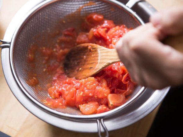 Кетчуп протирают через сито