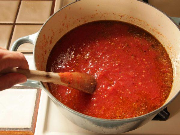 Кетчуп варится в кастрюле