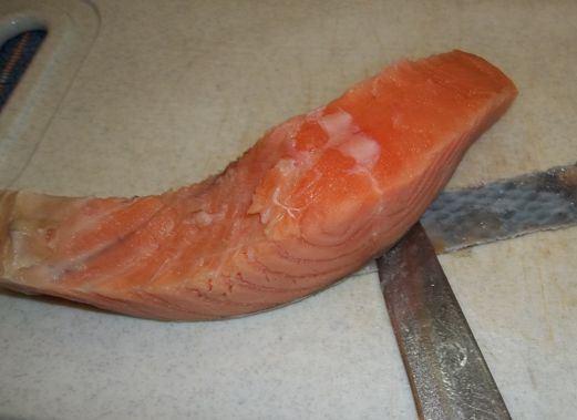 Кусочек солёной красной рыбы