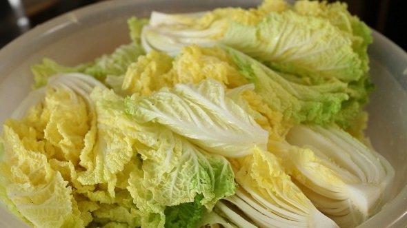 Листы пекинской капусты в большой глубокой тарелке
