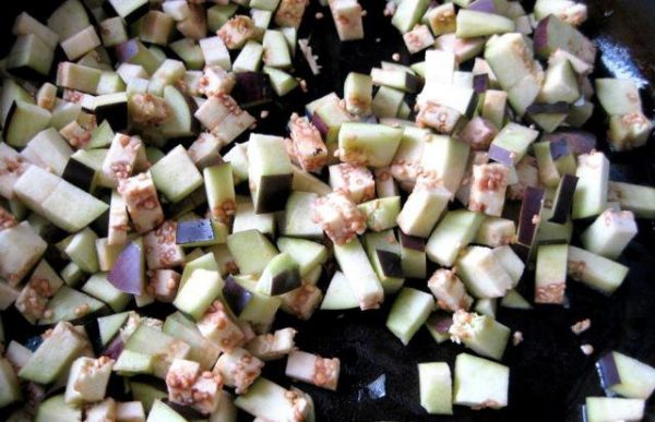 Нарезанные кубиками свежие баклажаны