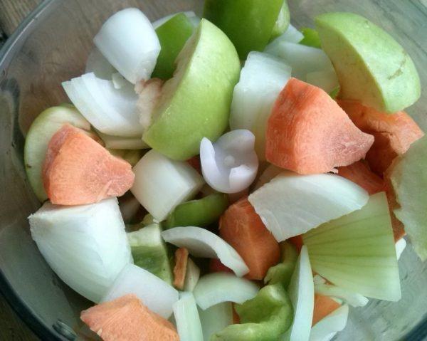 Нарезанные перец, яблоко, лук и морковь