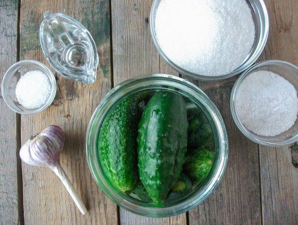 Огурцы в банке, чеснок, сахар и соль
