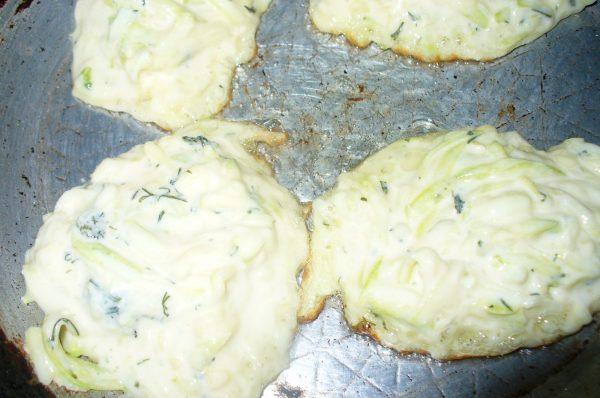 Оладьи из кабачка с творогом на сковороде