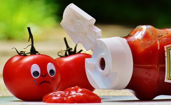Плачущий помидор над бутылкой кетчупа