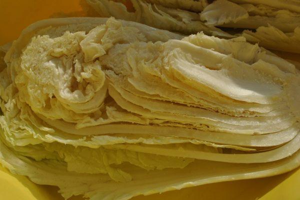 Половина кочана пекинской капусты с солью