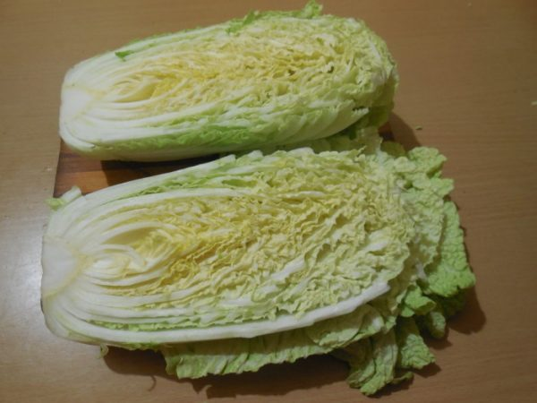Разрезанный на половины кочан пекинской капусты
