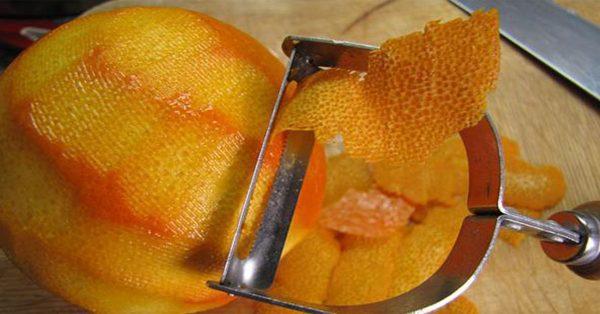 С апельсина снимают цедру