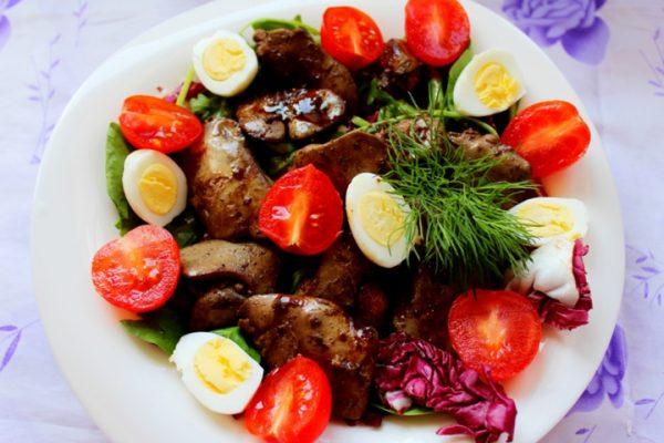 Салат с куриной печенью, помидорами черри и перепелиными яйцами