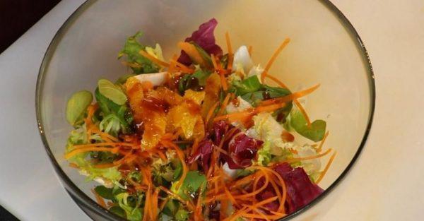 Смесь салатных листьев и тёртых овощей в миске