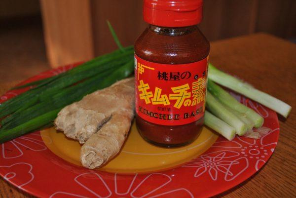 Соус для кимчи, имбирь и зелёный лук на столе