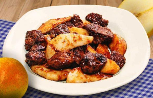 Тёплый салат из куриной печени и груш в порционной тарелке
