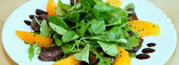 Тёплый салат с куриной печенью превратит любую трапезу в настоящий праздник вкуса