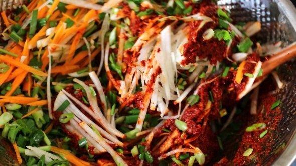 Тёртая редька, морковь и заправка с перцем для кимчи