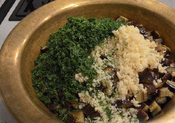 Варёные баклажаны, измельчённый чеснок и укроп в миске