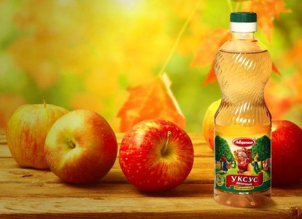 Яблоки и бутылка уксуса