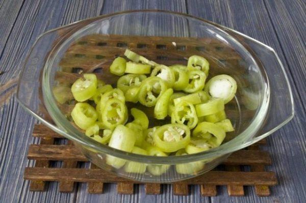 Зелёный горький перец, нарезанный колечками