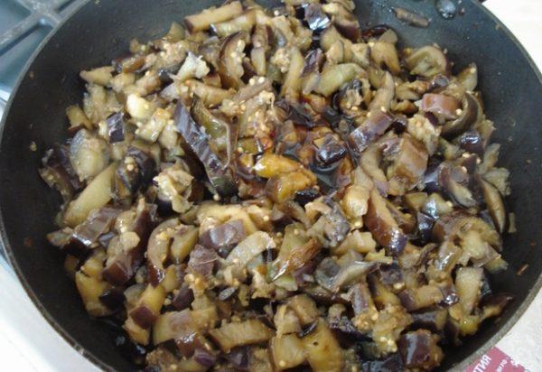 Жареные баклажаны с луком и соевым соусом в сковороде