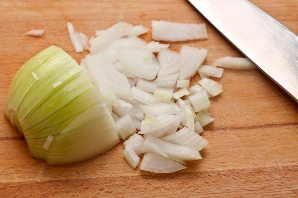 Мелко нарезанная луковица