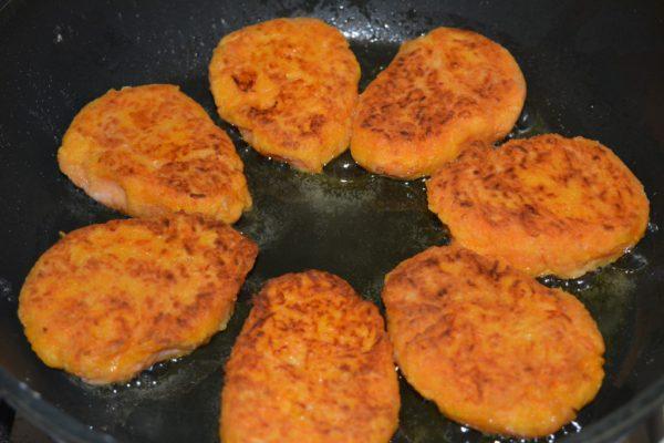 Обжаривание морковных котлет