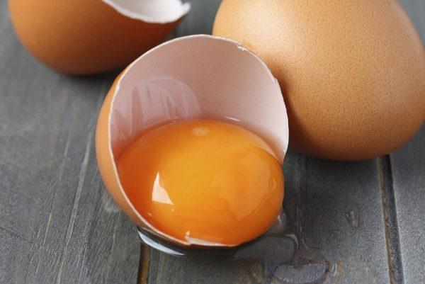 Яркий желток куриного яйца