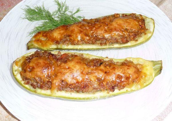 Кабачки с мясным фаршем и сыром на тарелке