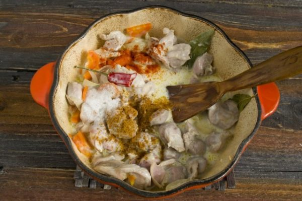 Куриные пупки с овощами, сметаной и специями