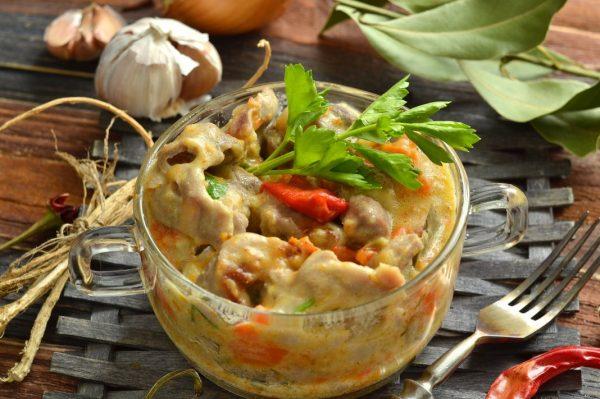 Куриные желудочки с овощами, тушёные в сметане