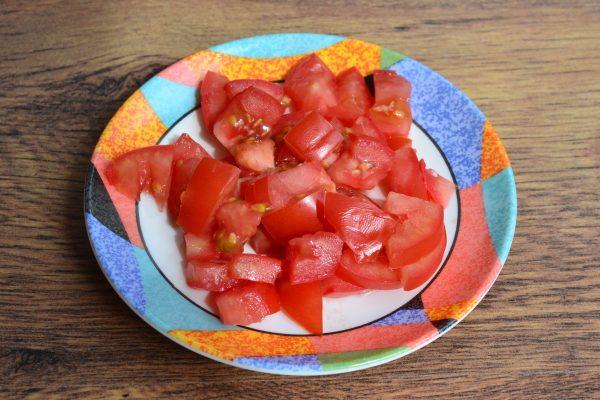 Кусочки свежего помидора на тарелке