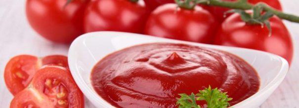 Миска с томатной пастой и помидоры