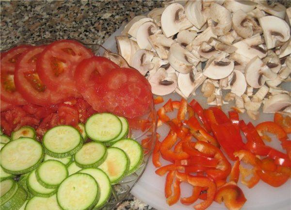 Нарезанные шампиньоны, помидоры, кабачки и сладкий перец