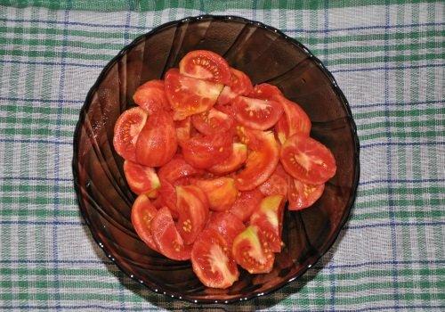 Очищенные от кожицы помидоры, порезанные на кусочки