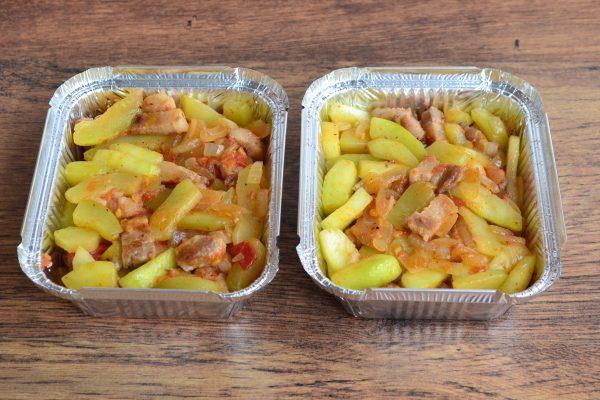 Обжаренные овощи с грудинкой в алюминиевых формочках для запекания