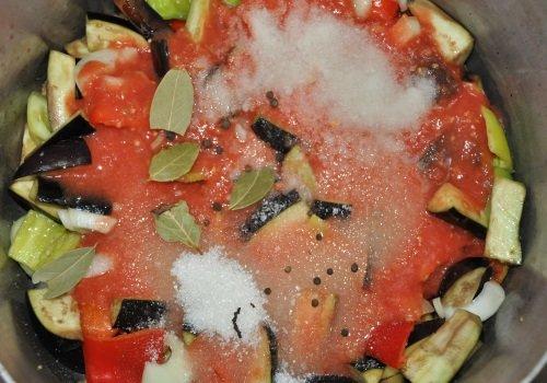 Овощи для лечо с томатным пюре, сахаром, солью и специями