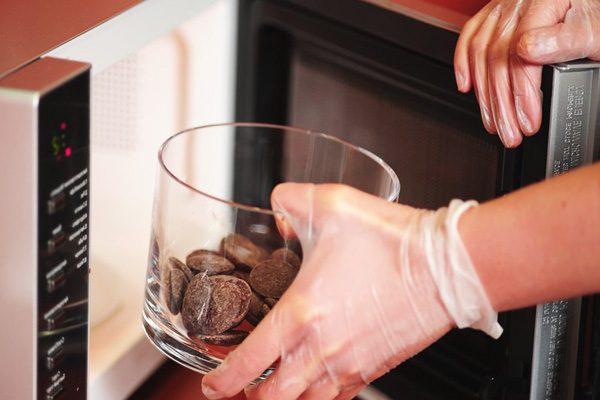 установка чаши с шоколадом в микроволновку