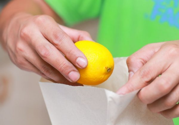 кладём лимон в пакет