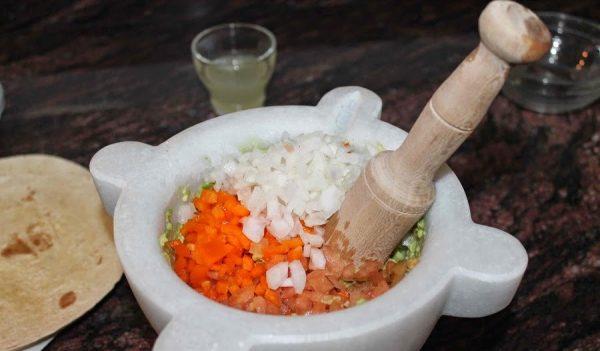 Ингредиенты для гуакамоле в ступке