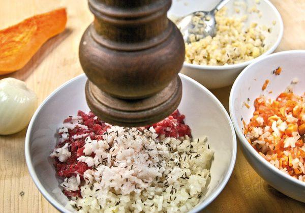 смесь баранины, сала, лука и специй
