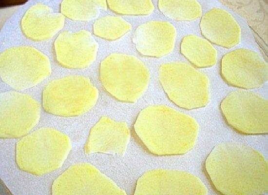кружки картофеля на тарелке