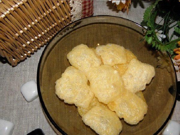 сырные чипсы на тарелке