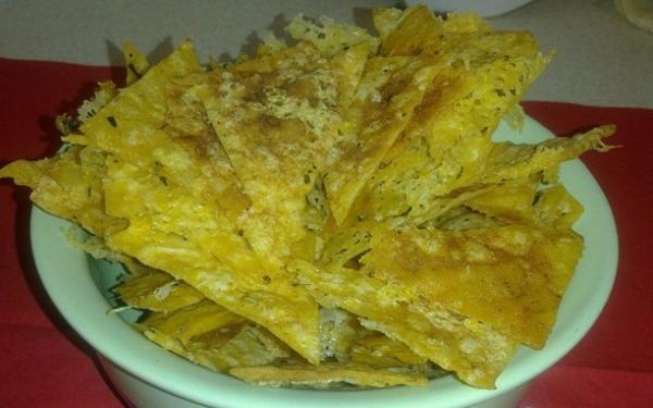 чипсы из лаваша в тарелке