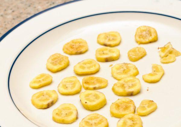 кусочки бананов на тарелке