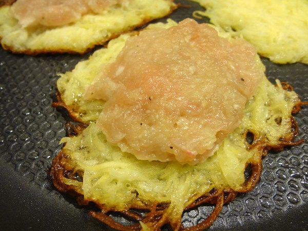 Формирование картофельных драников с фаршем