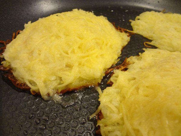 Картофельные драники с начинкой в сковороде