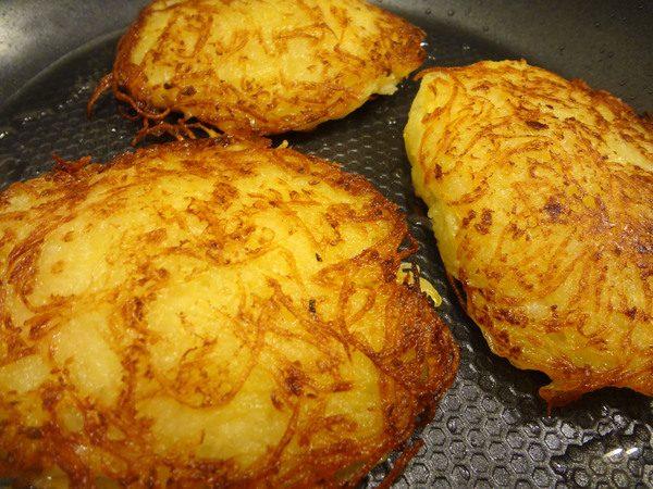 Румяные картофельный драники с начинкой в чугунной сковороде