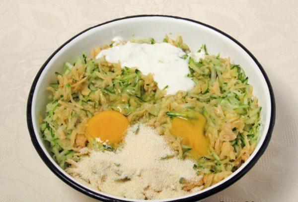Измельчённые овощи, сырые яйца, кефир и манная крупа в большой миске