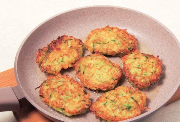 Картофельные драники с кабачками в сковороде